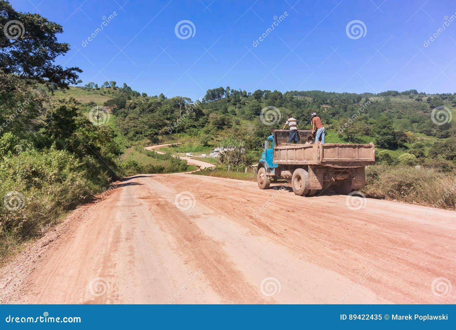 Estrada do campo na área de montanhas nas Honduras