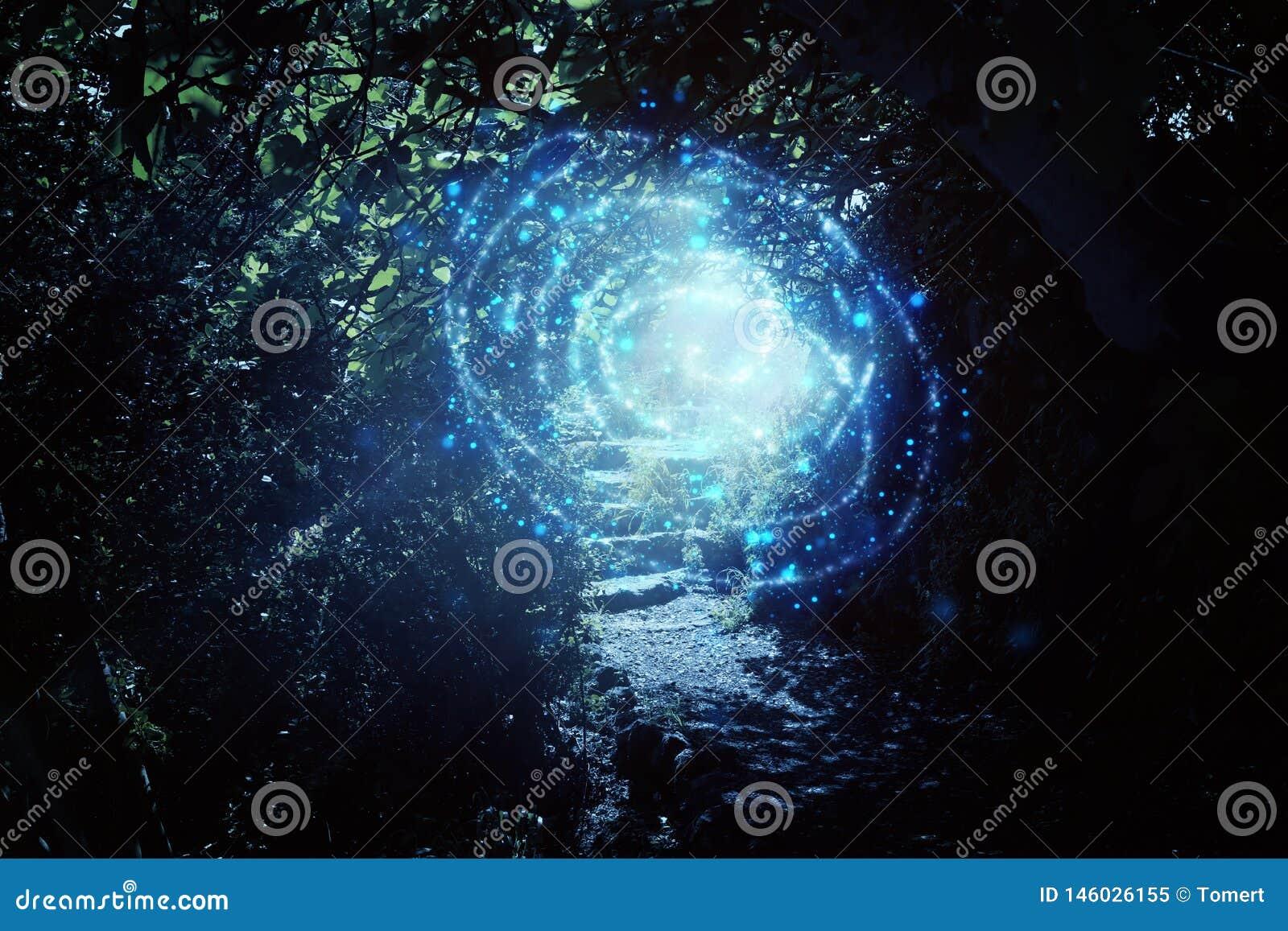 Estrada e escadas de pedra na floresta escura m?gica e misteriosa com luz m?stico e vaga-lume do sol Conceito do conto de fadas