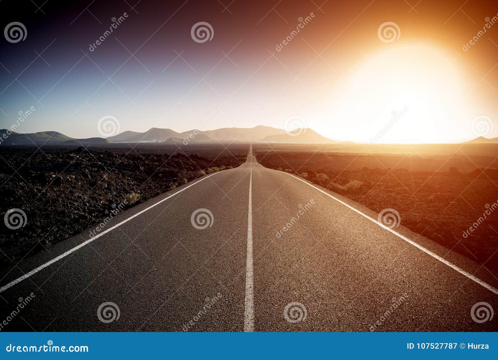 Estrada em um dia de verão ensolarado