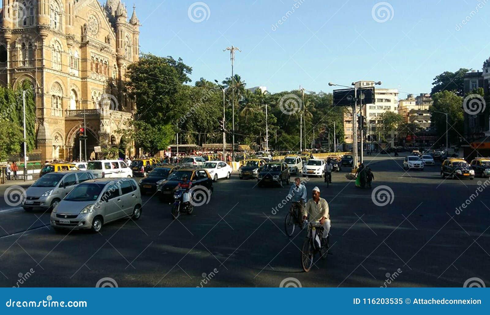 Estrada Mumbai do cruzamento pedestre de tráfego de cidade, Índia