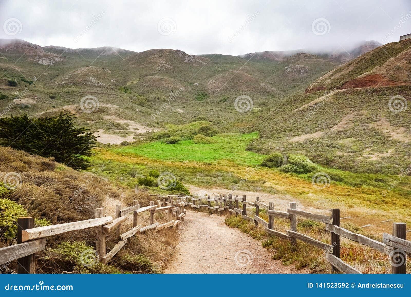 Estrada na área dos promontório em um dia de verão nevoento, área do vale de recreação nacional do Golden Gate, Marin County, Cal