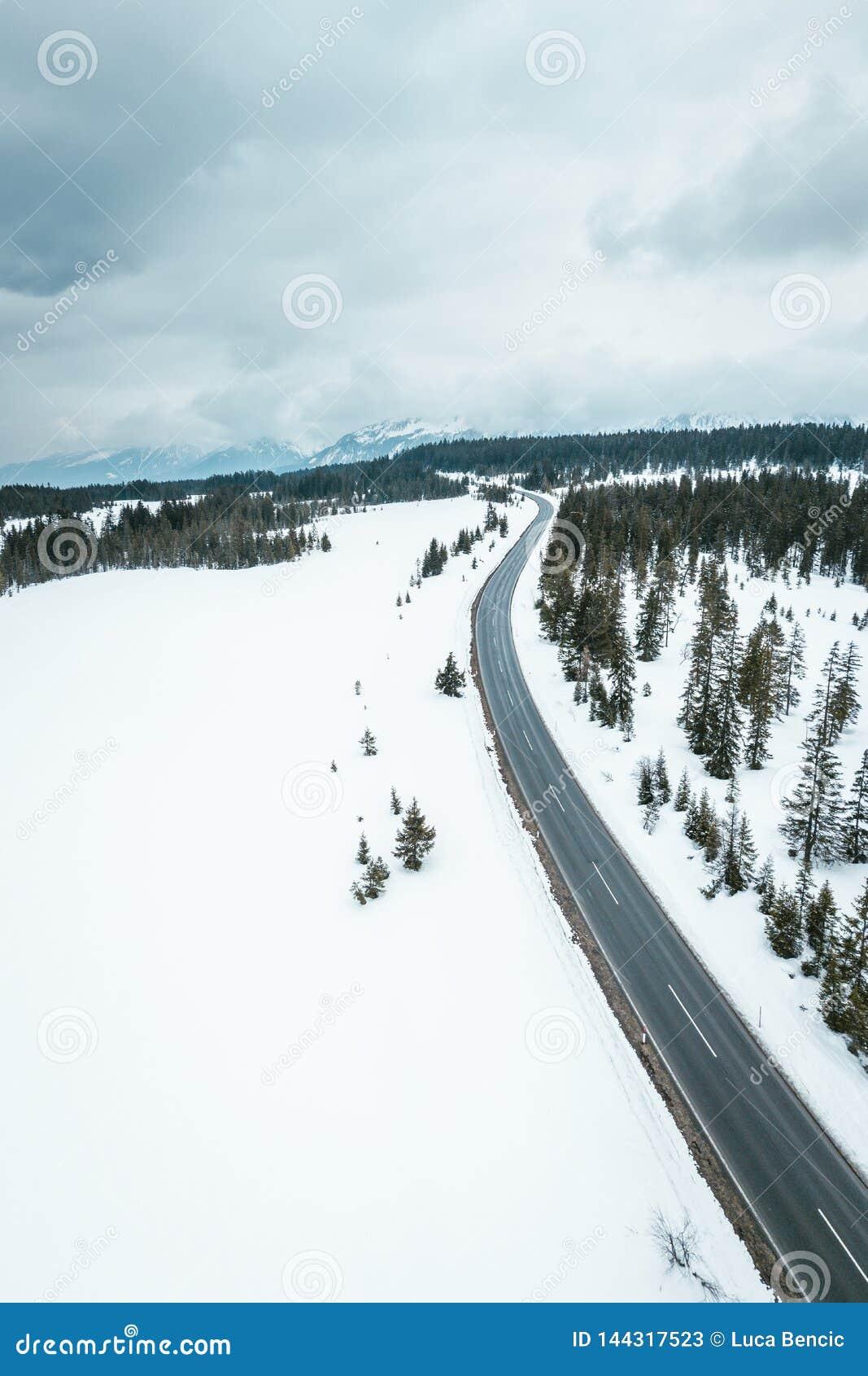 Estrada nevado através dos cumes austríacos