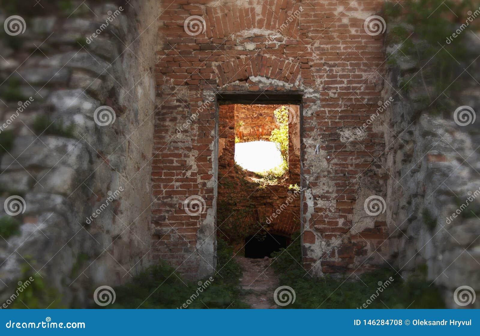 Estrada no castelo velho Estradas transversaas a iluminar-se ou escuridão