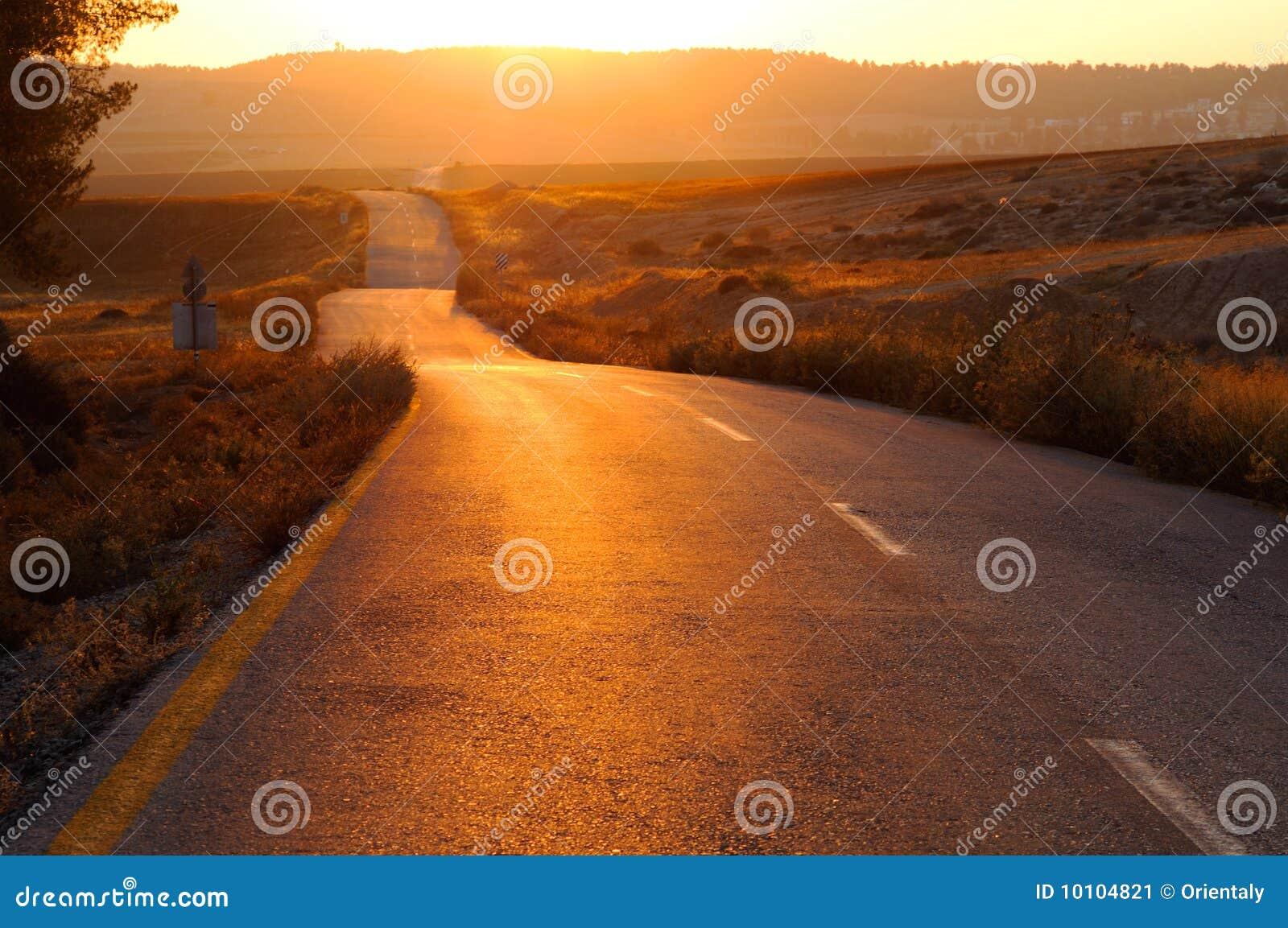 Estrada no por do sol
