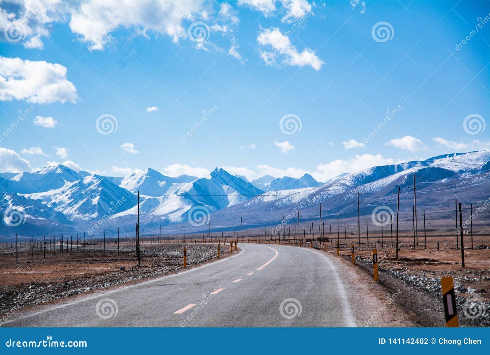 Estrada pela montanha da neve na região da alta altitude