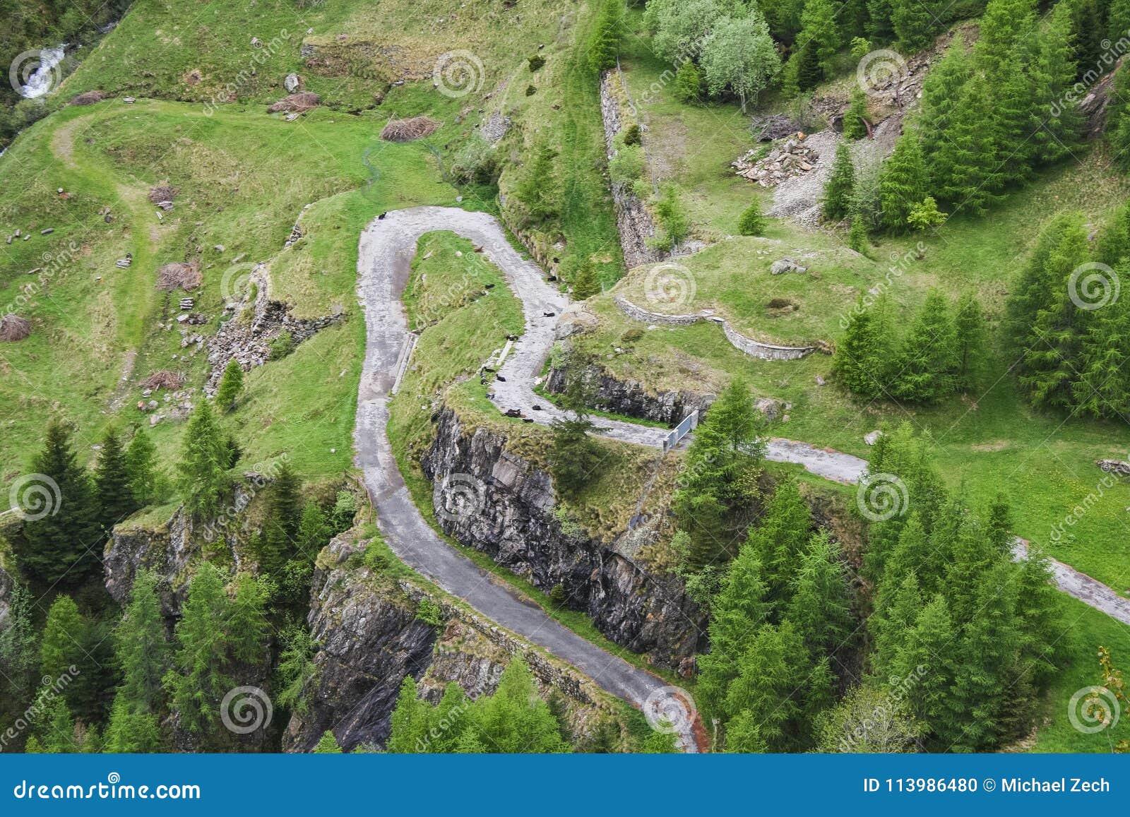 Estrada perfeita da montanha da paisagem no maggia de valle