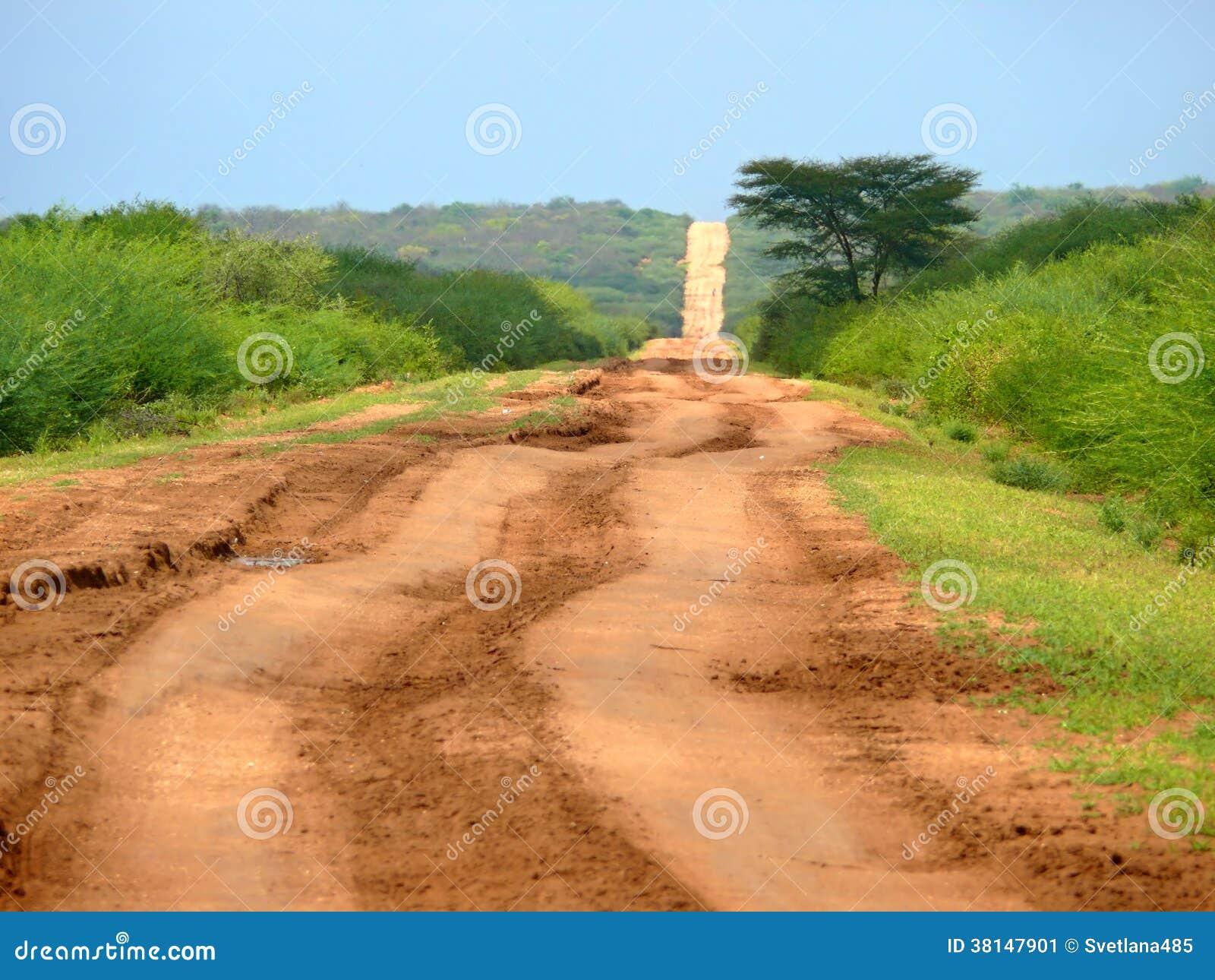 Estrada perigosa africana entre Moyale e Marsabit.