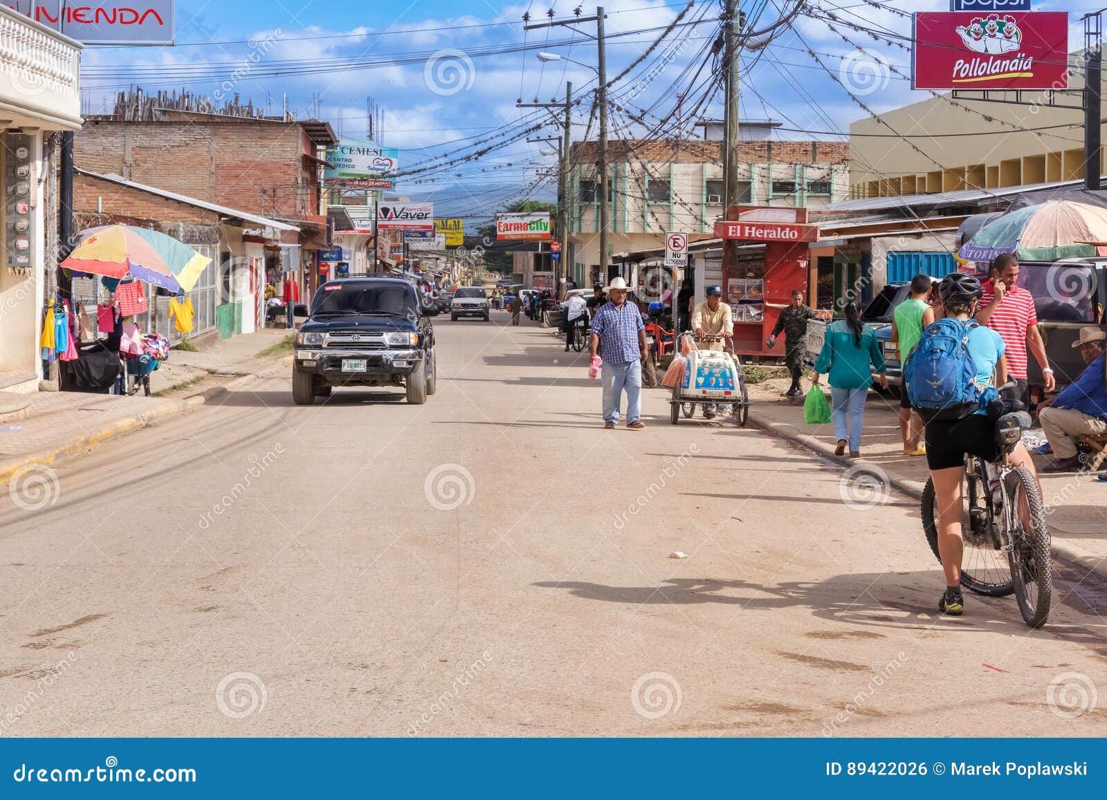 Estrada principal que corre através da municipalidade de Talanga nas Honduras