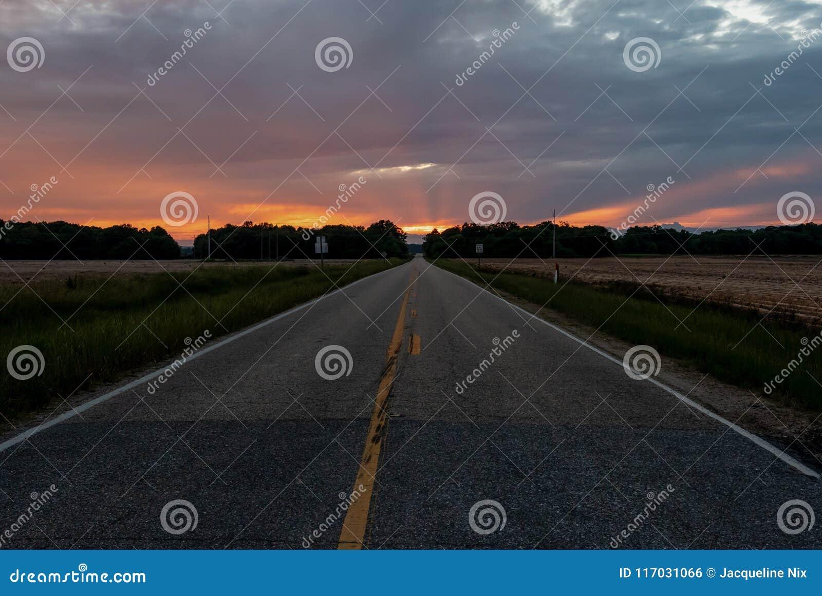 Estrada que conduz ao por do sol