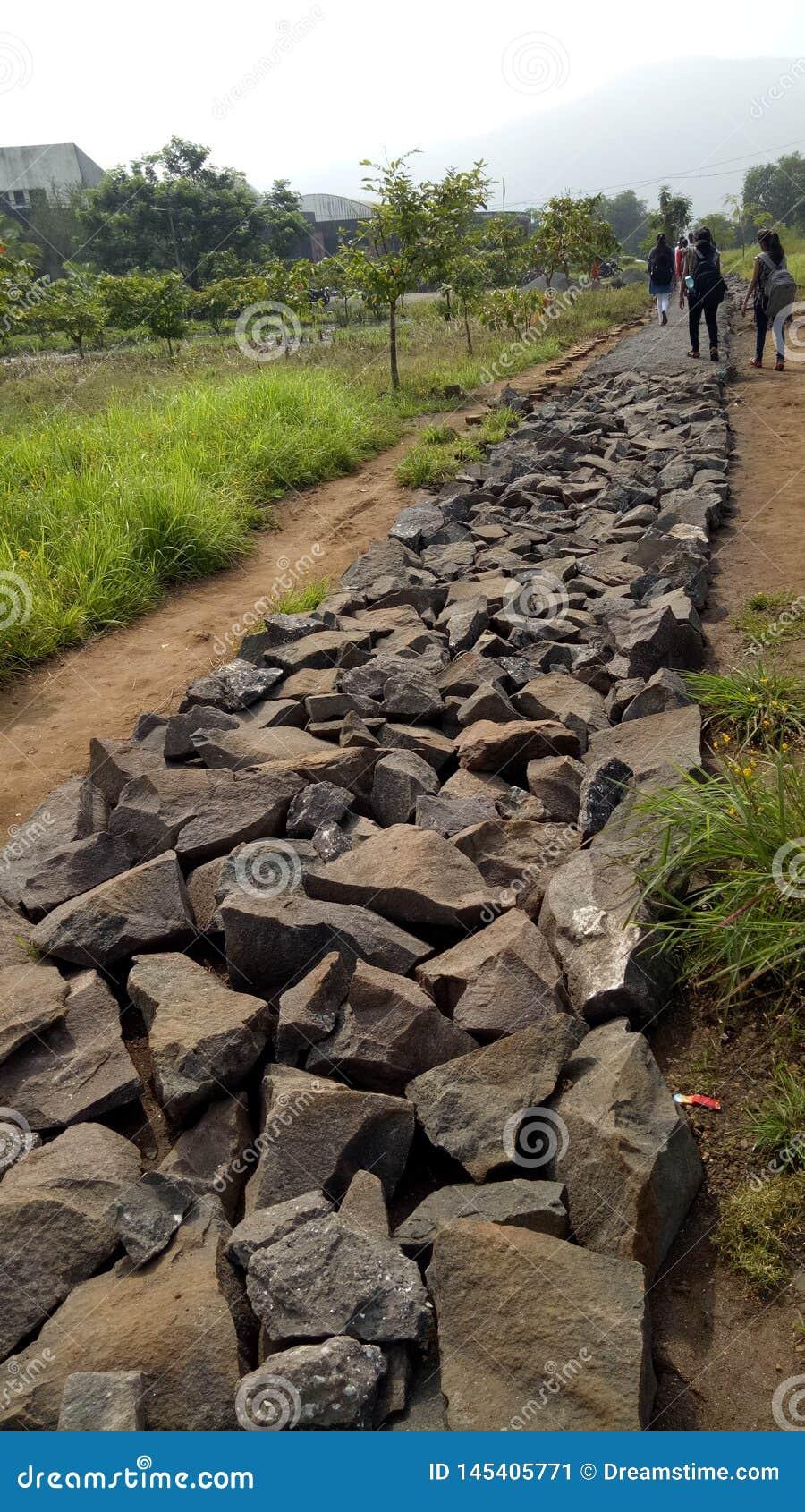 Estrada rochosa em áreas montanhosas