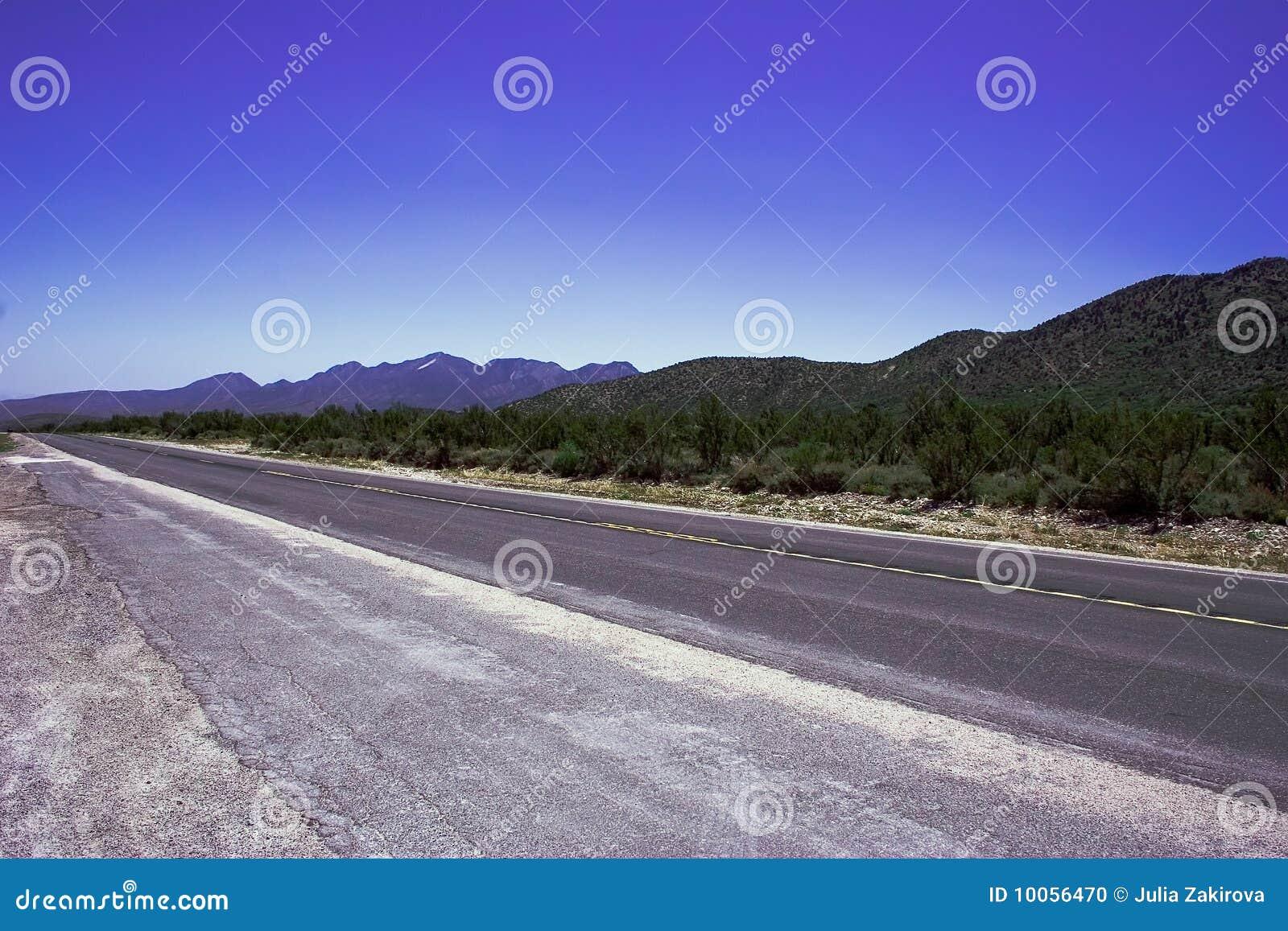 Estrada romântica vazia