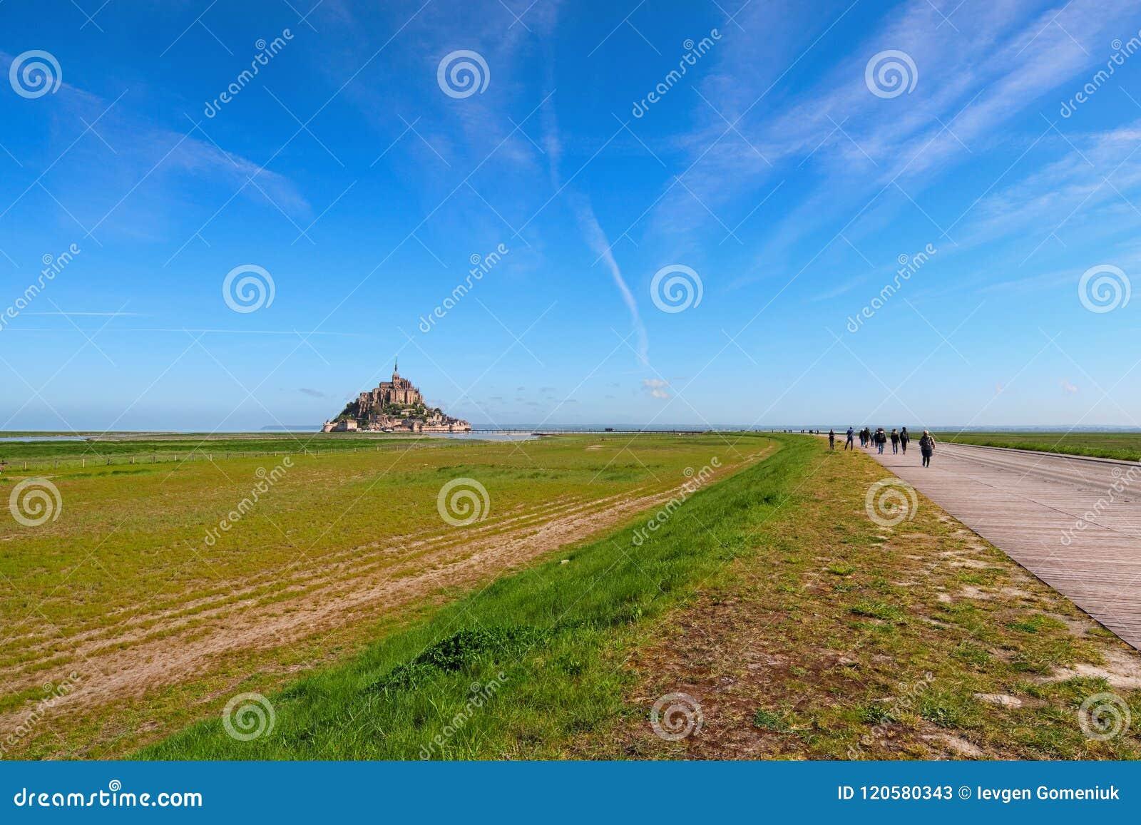 Estrada a surpreender a abadia de Mont Saint Michel Foto da paisagem durante o nascer do sol Normandy, France