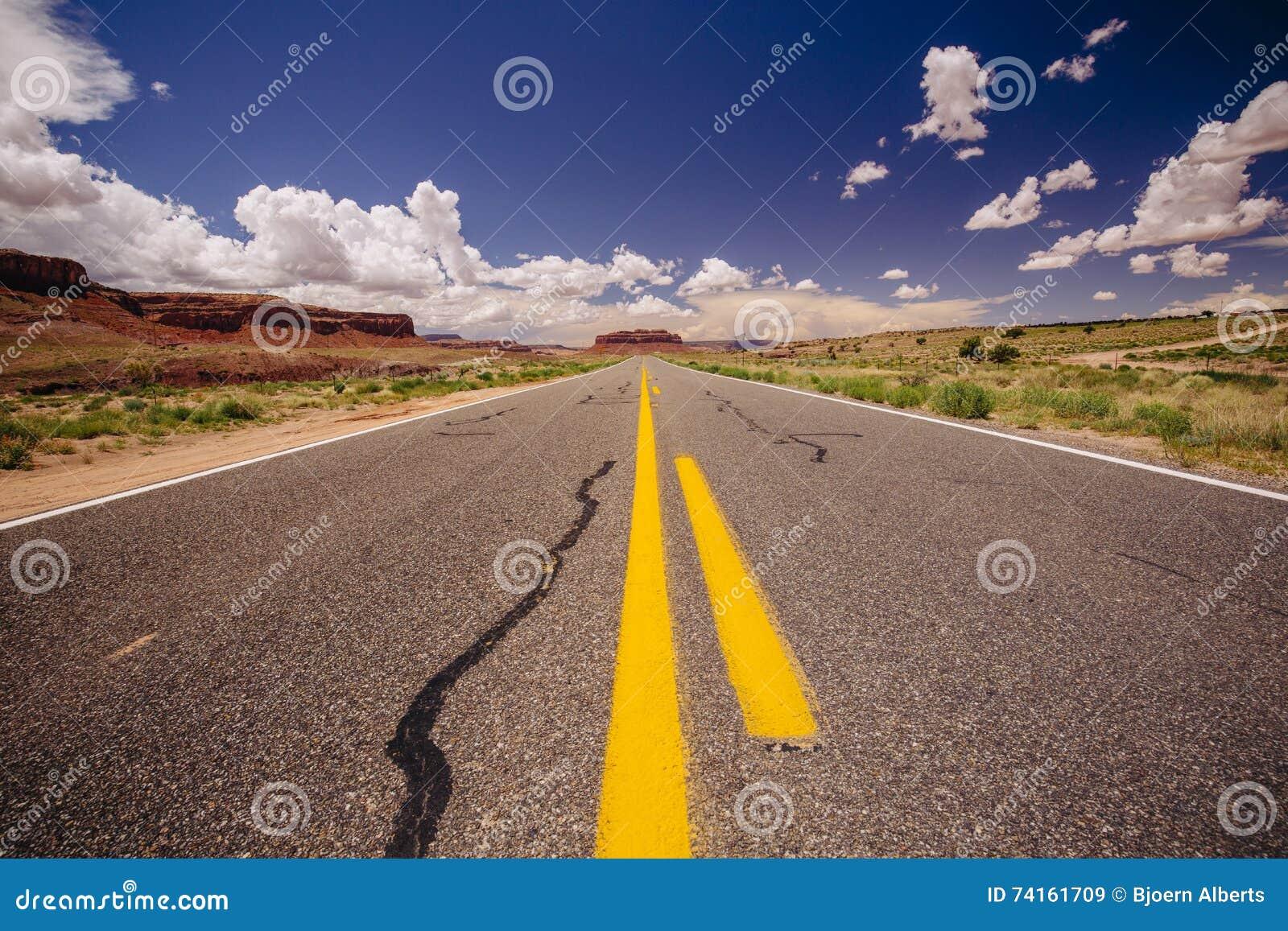 Estrada 163, uma estrada infinita, pico de Agathla, o Arizona, EUA