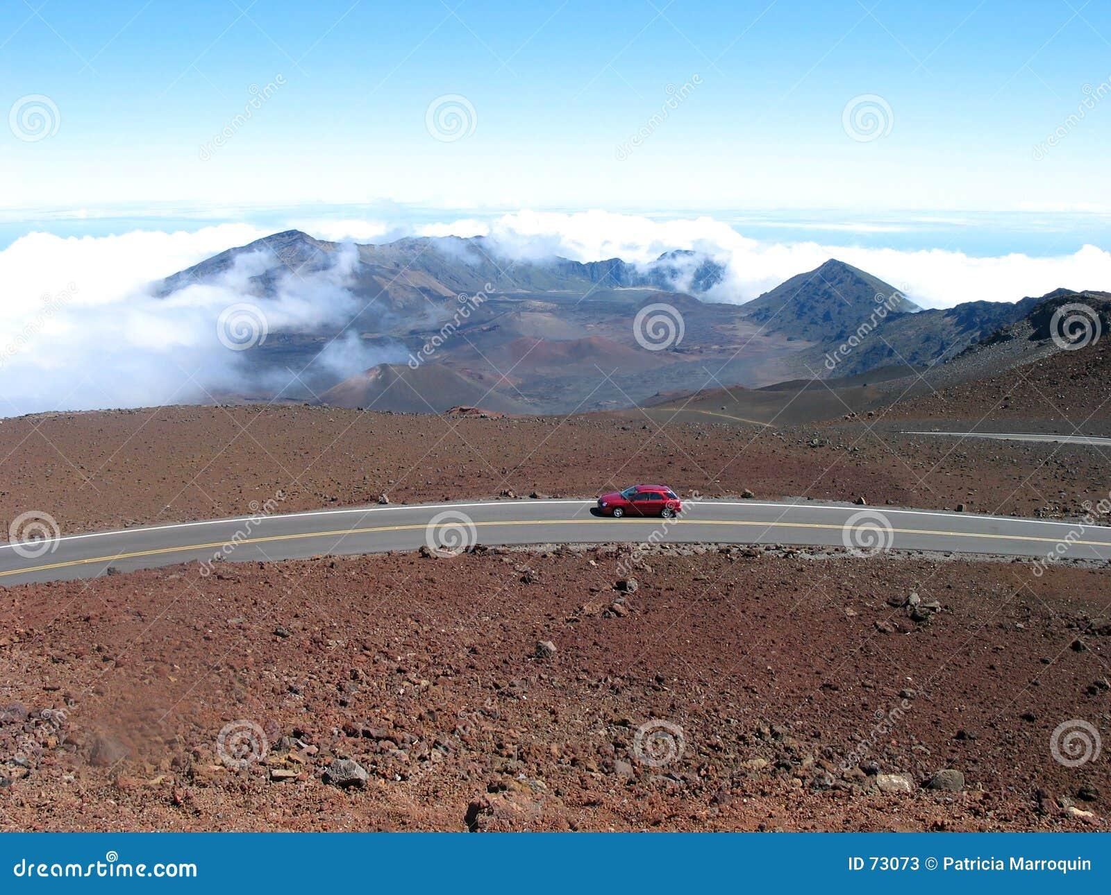 Estrada vermelha ao vulcão