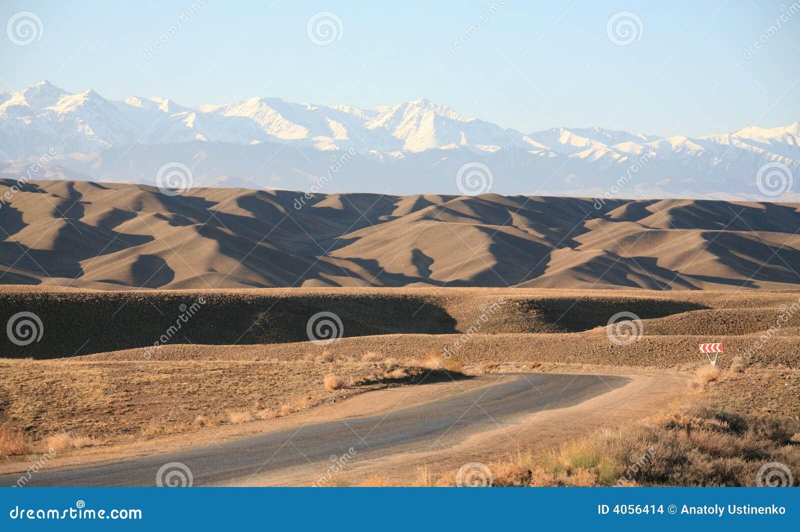 Estradas do estepe de Kazakhstan