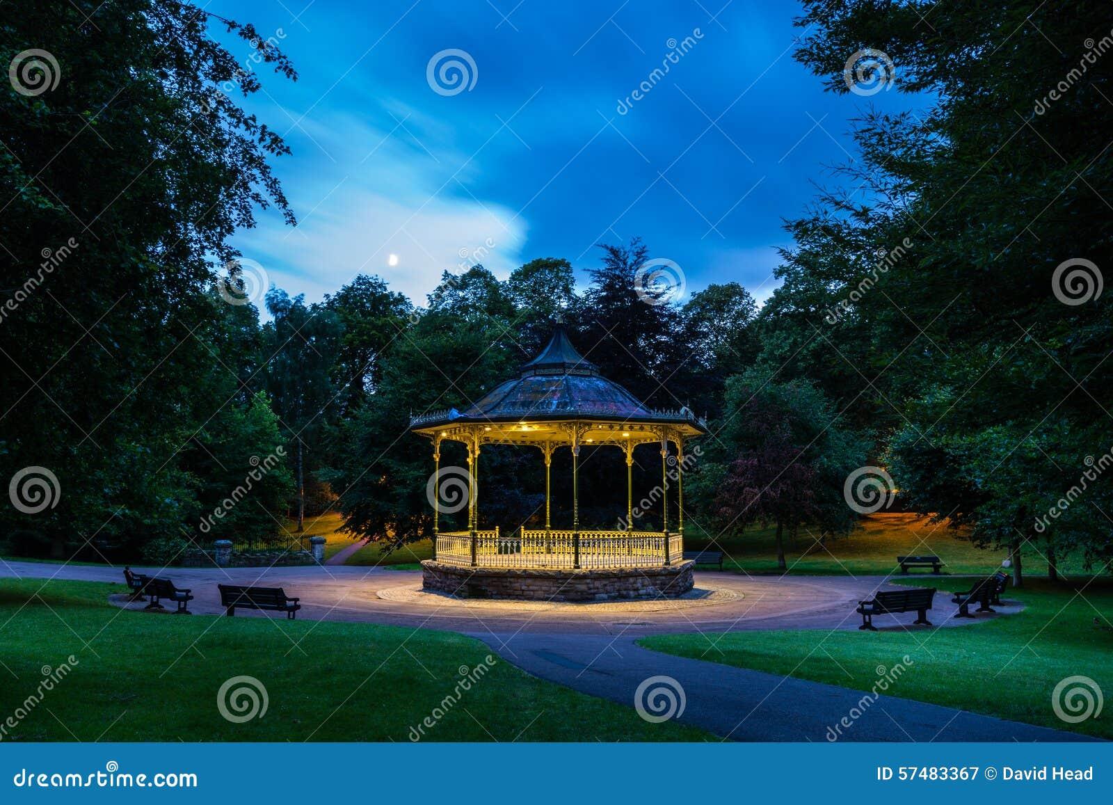 Estrado de la orquesta de Hexham en la noche