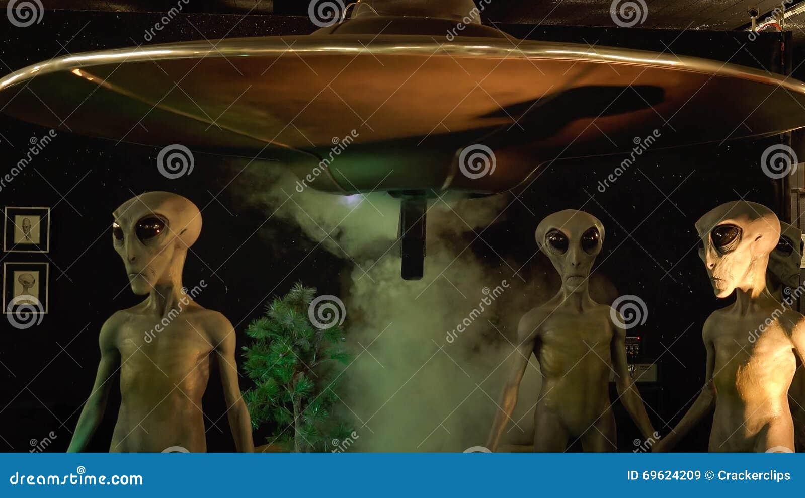 Estrangeiros e nave espacial no museu internacional e em Researc do UFO