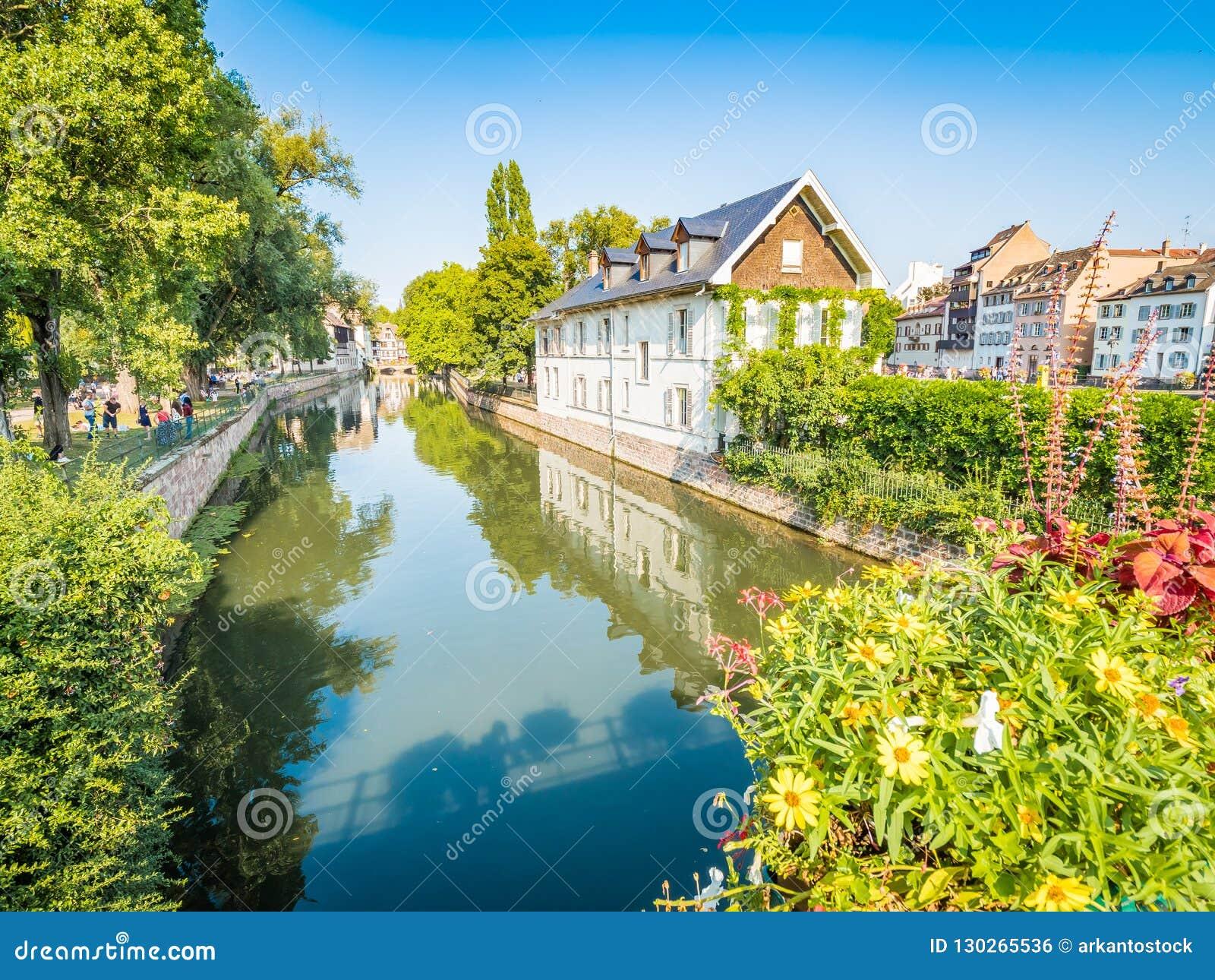 Estrasburgo, Francia - canales pintorescos en el La Petite France en la ciudad vieja del cuento de hadas medieval de Estrasburgo