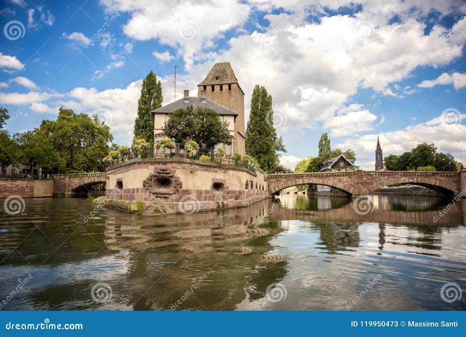Estrasburgo, puente medieval Ponts Couverts en el ` de Petite France del ` turística del área Alsacia, Francia