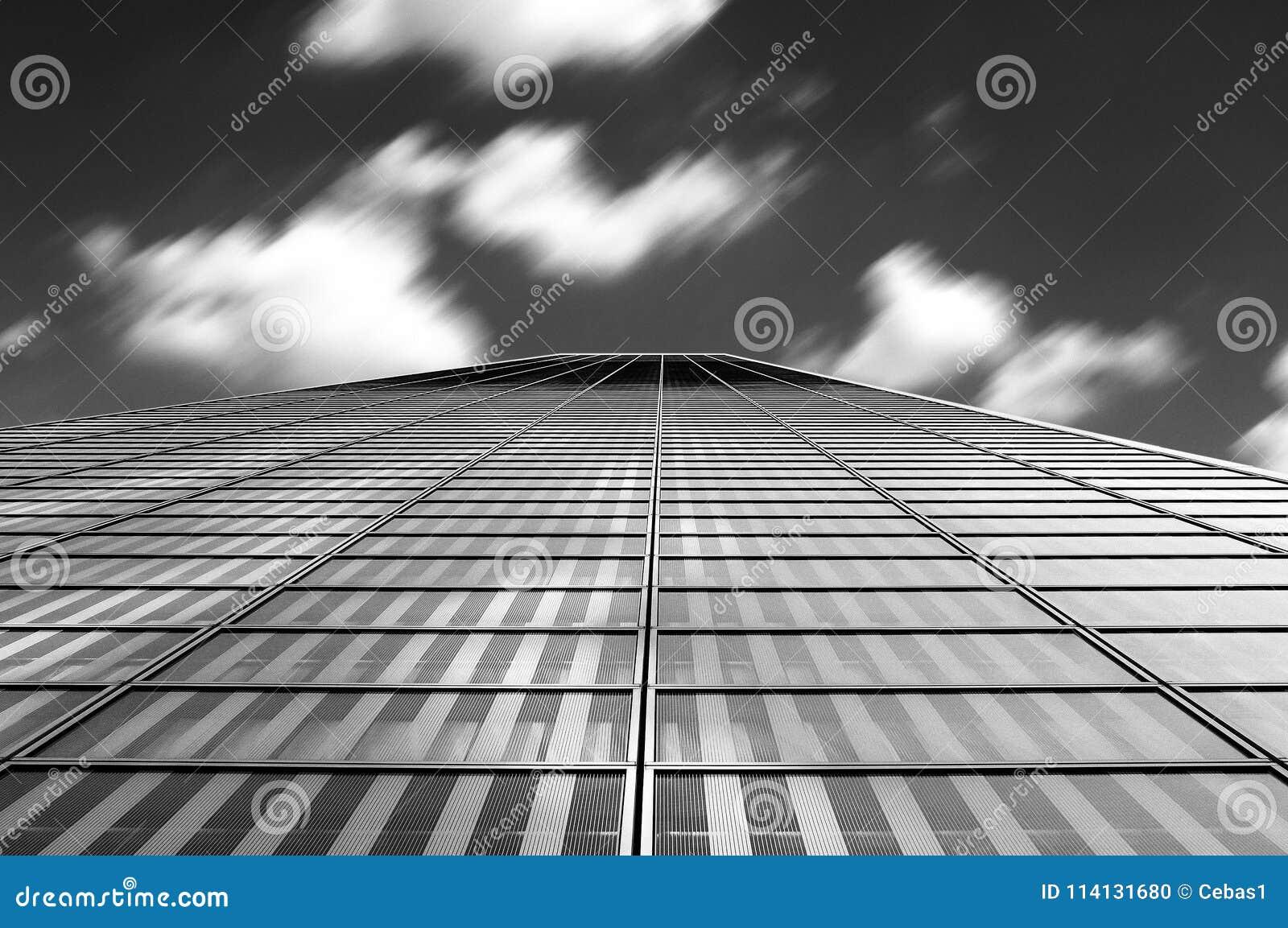 Estratto moderno di architettura con le nuvole nel mosso