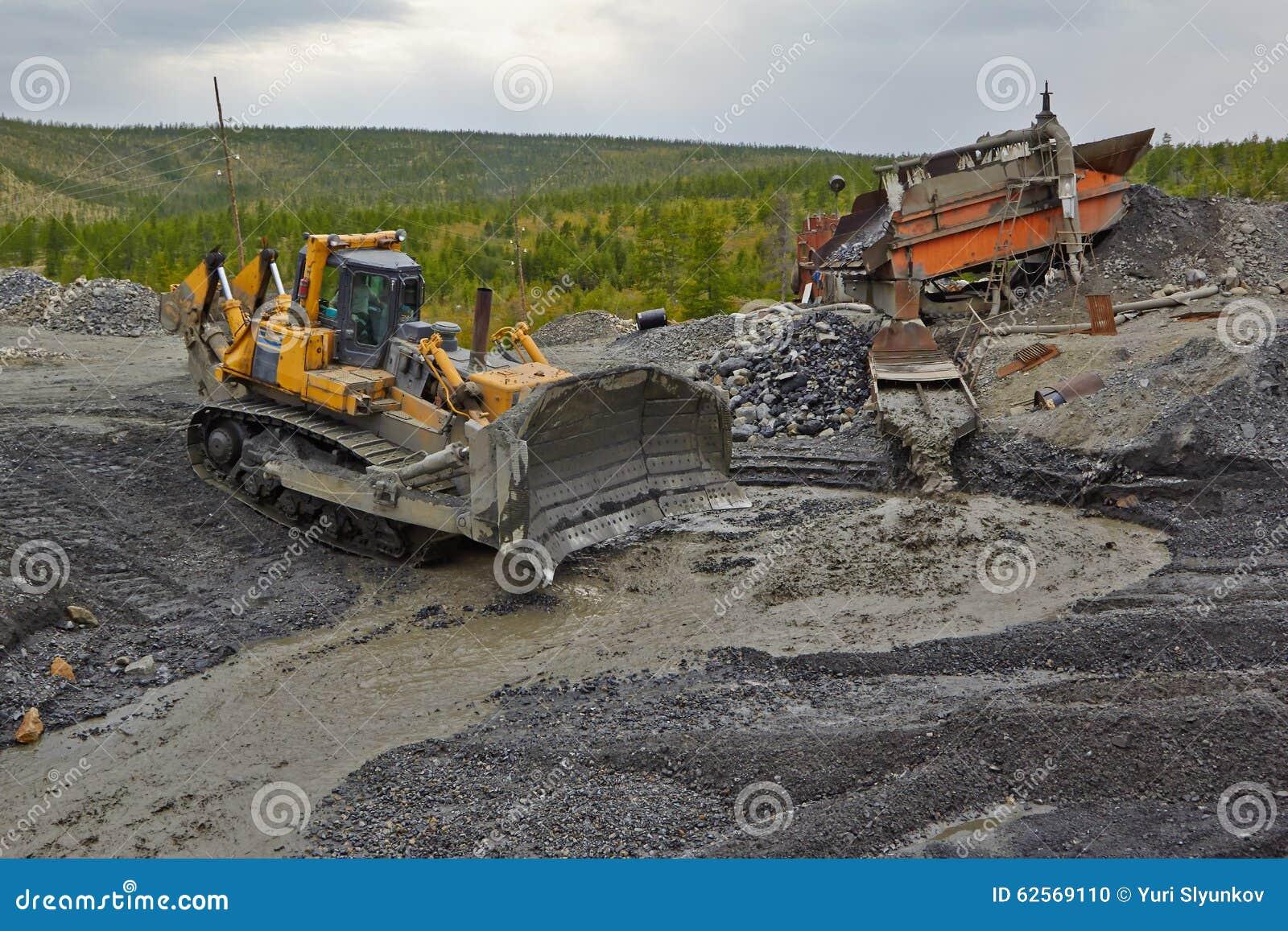 Estrazione dell oro in Susuman Il bulldozer e il derocker