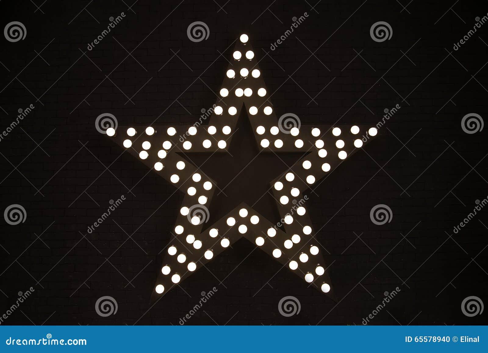 Estrela da eletricidade, equipamento No fundo escuro do tijolo