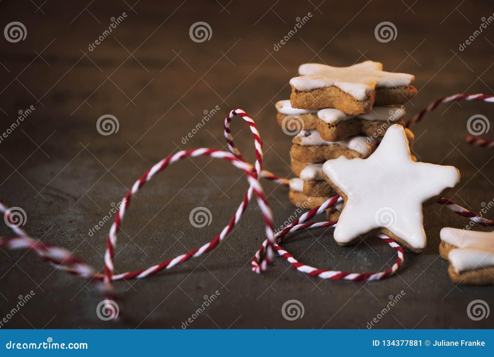 Estrela empilhada da canela com decoração do Natal