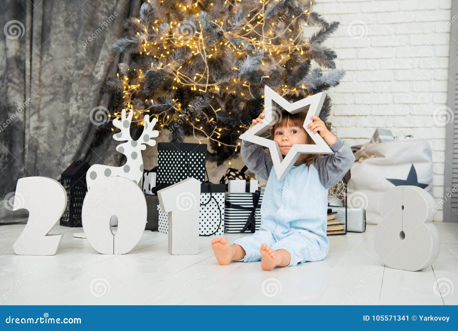 Estrela pequena feliz Ano novo 2018, Natal Bebê engraçado de sorriso da criança de dois anos