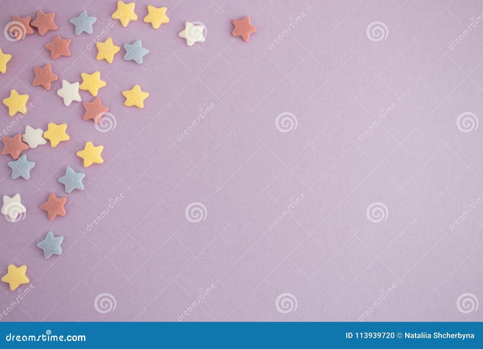 Estrelas coloridas no fundo roxo com espaço da cópia Cartão brilhante