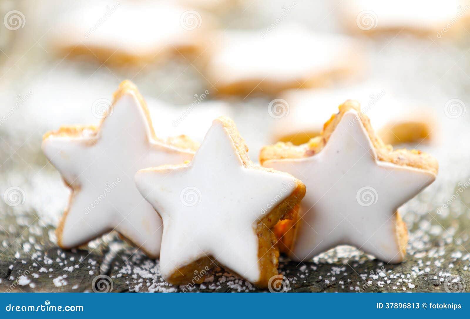 Estrelas da canela com crosta de gelo