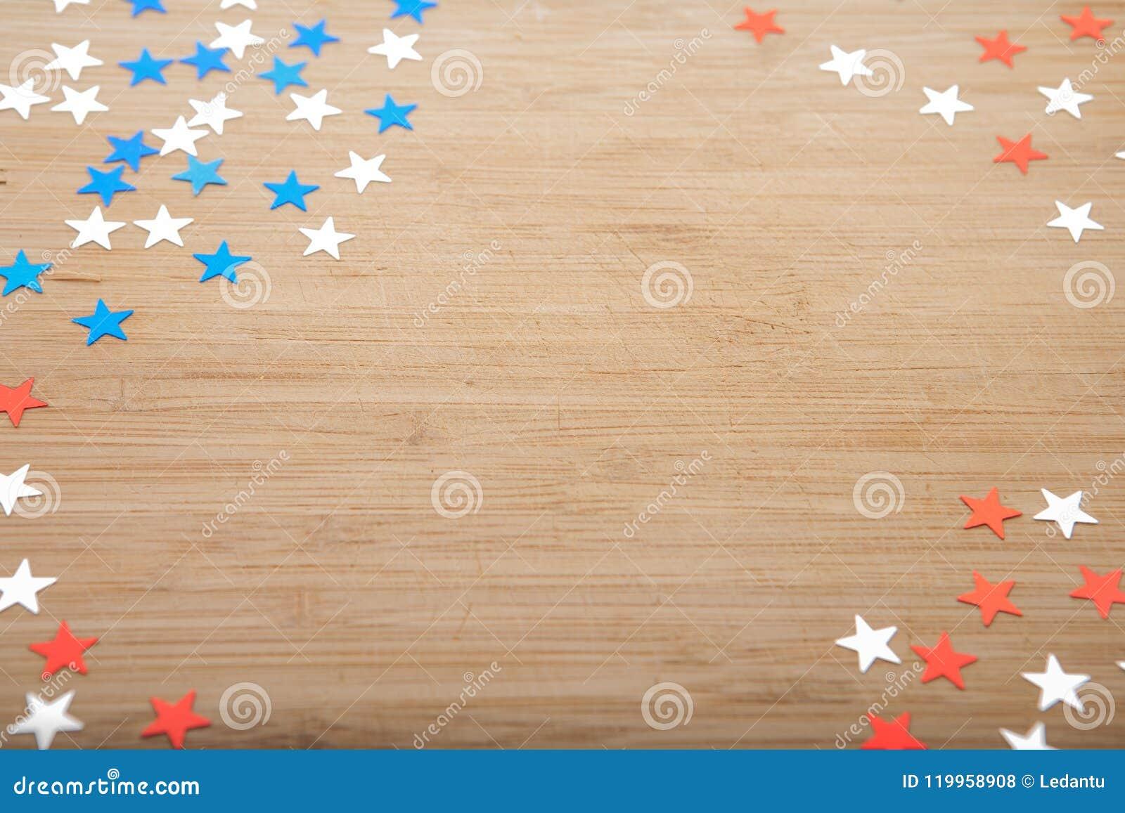 Estrelas Dos Confetes No Fundo De Madeira 4 De Julho O Dia Da