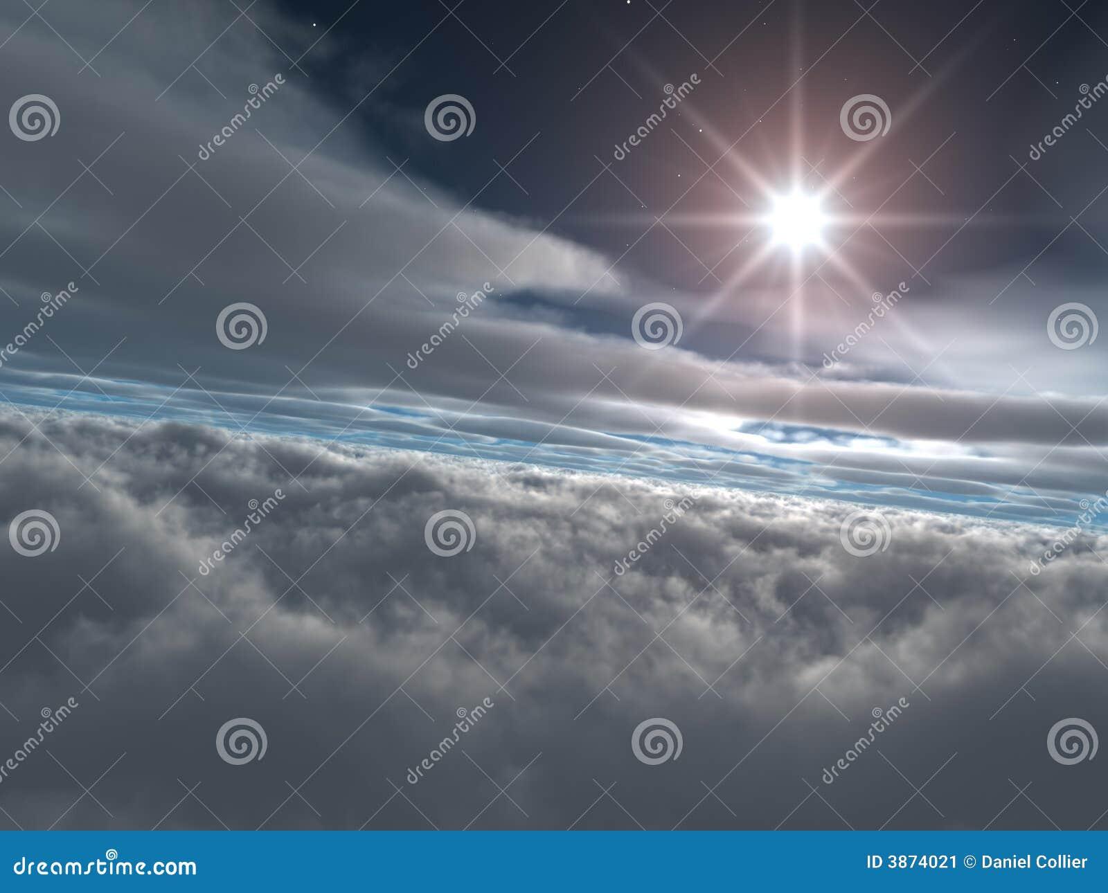 Estrella brillante sobre las nubes celestes