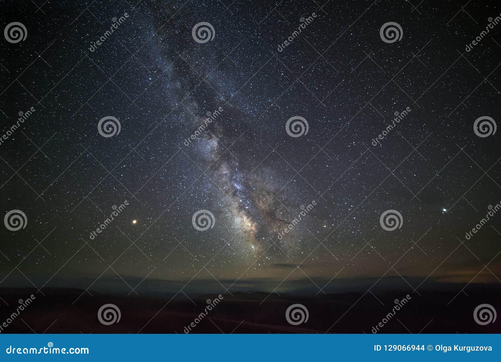 Estrellas brillantes de la vía láctea en el cielo nocturno