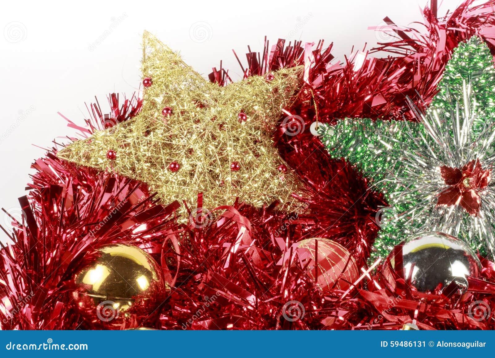 estrellas del rbol de navidad y chucheras de diversos tipos sobre una guirnalda roja foto de