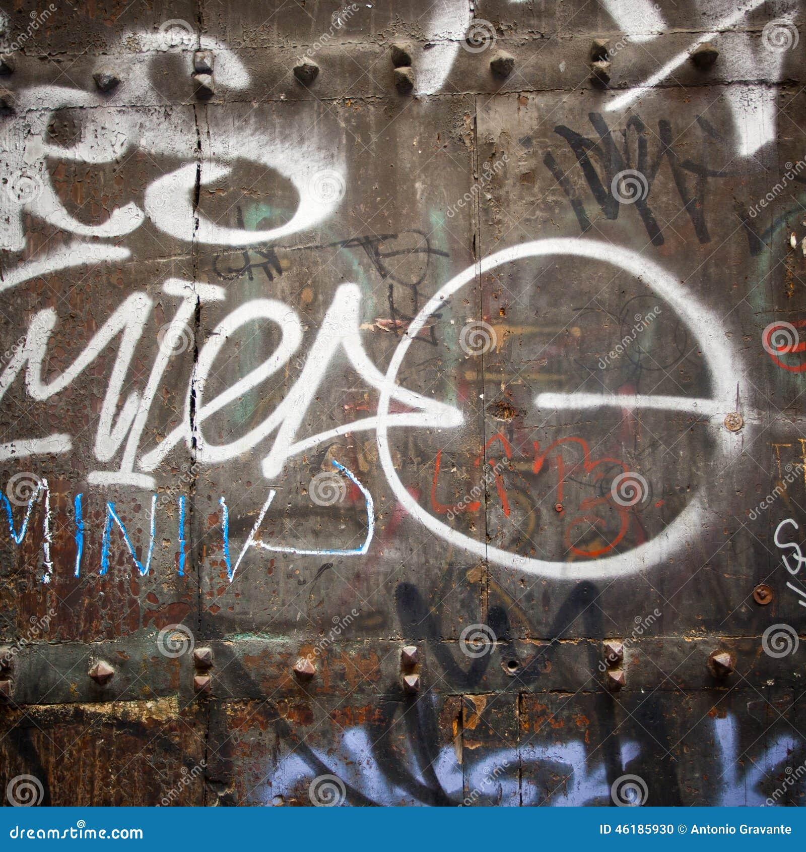 Estremo vicino su dei graffiti sulla porta di legno