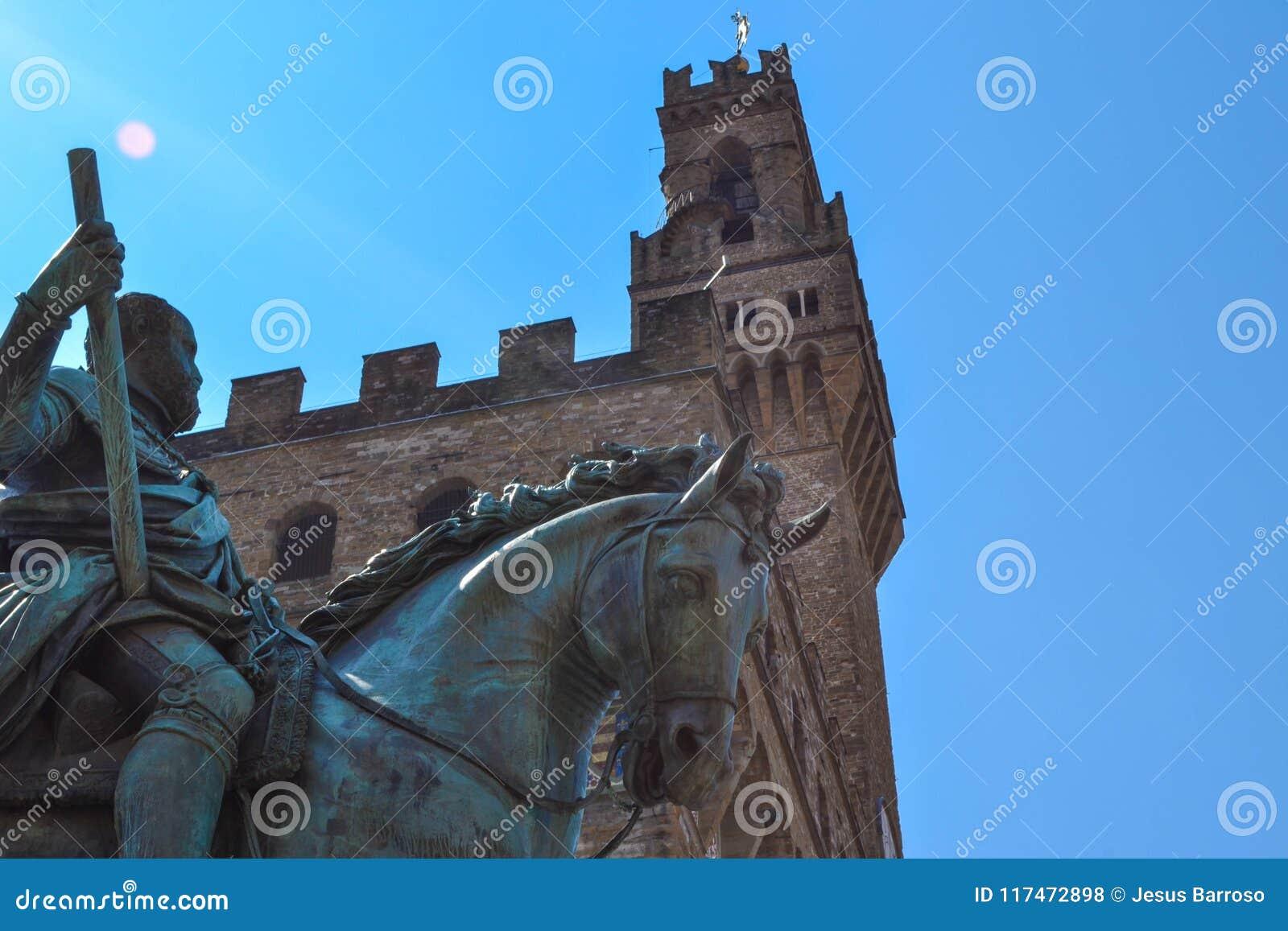 Estremo vicino su del monumento equestre di Cosimo I con l amico