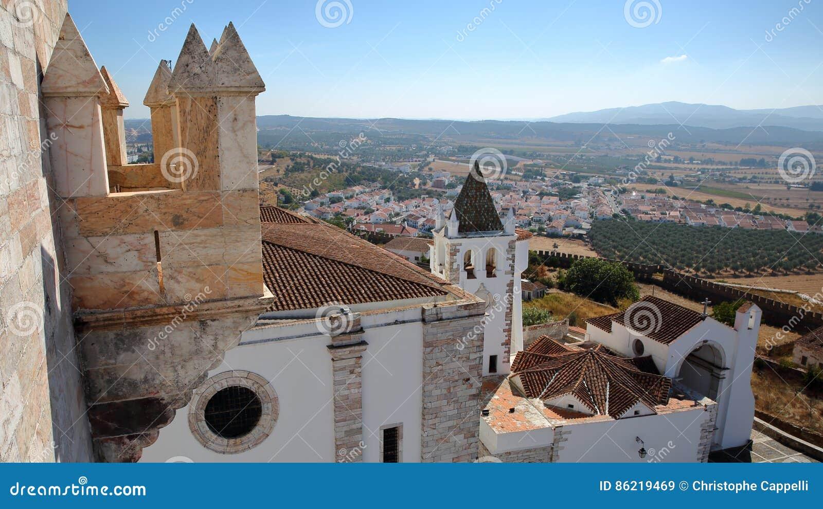 ESTREMOZ, PORTUGAL: Mening van de Toren van de Drie Kronen Torre das Tres Coroas met Santa Maria Church in de voorgrond
