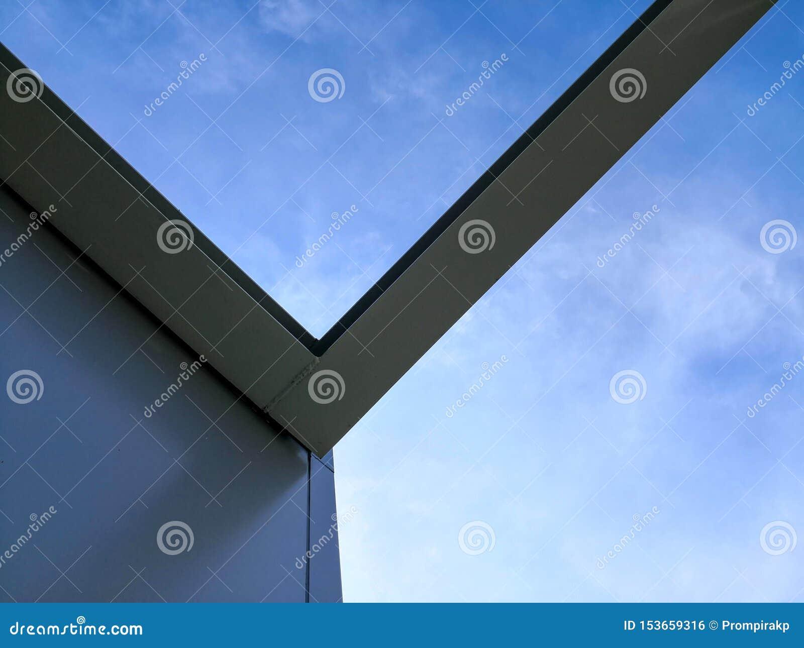 Estructura de la construcción de edificios de acero con el fondo del cielo azul