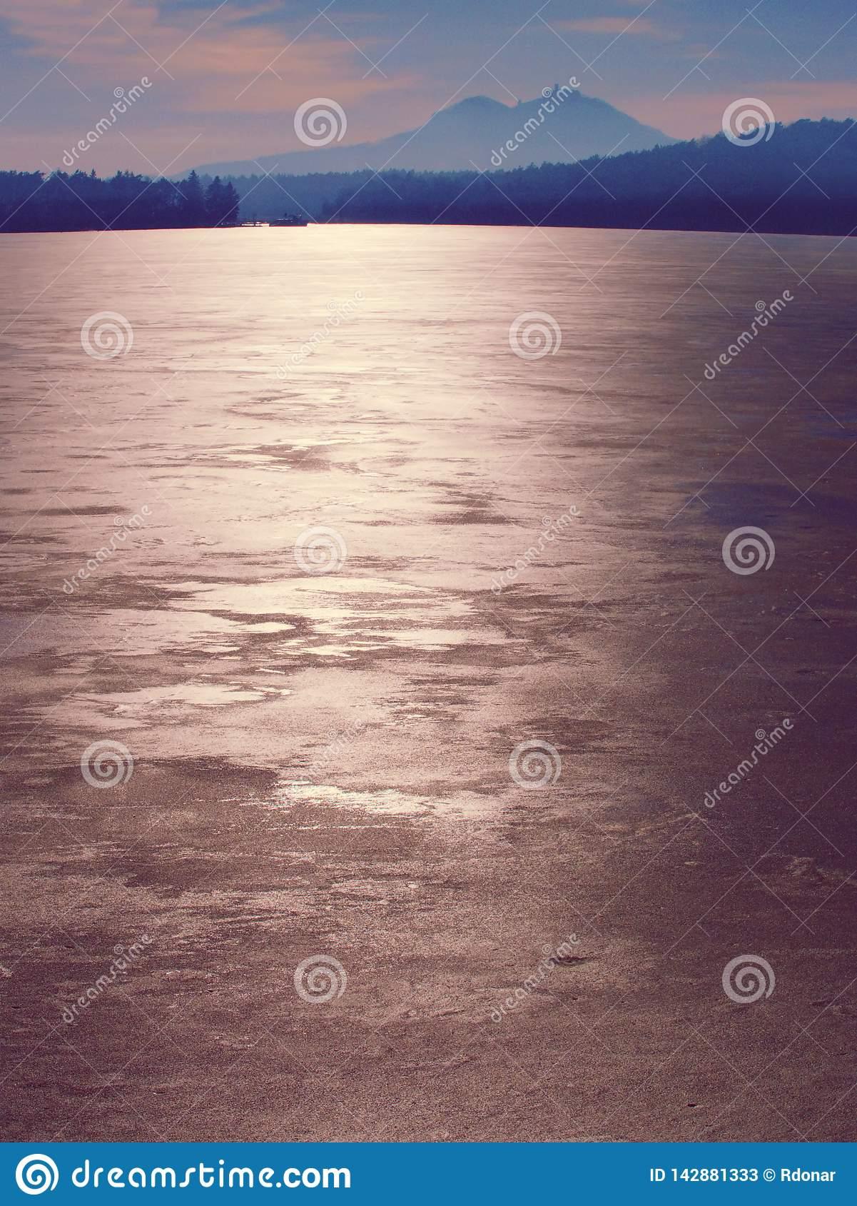 Estructura del mar congelado y del día soleado Foco selectivo