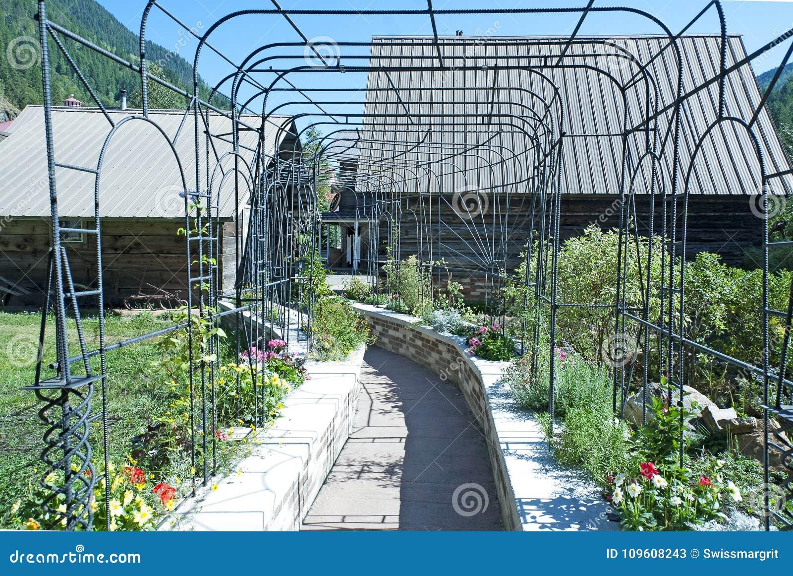 Estructura Metálica Decorativa En El Jardín Imagen De