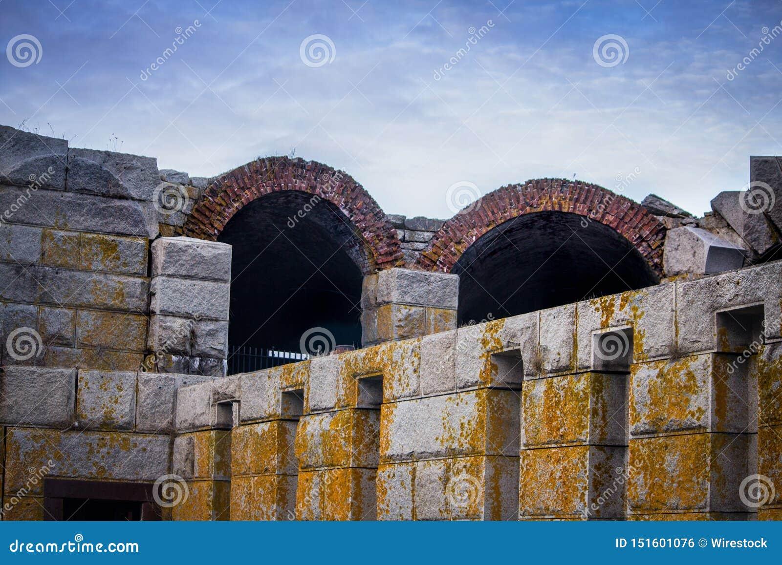 Estrutura cinzenta do grande stonemade com molde e os arcos amarelos