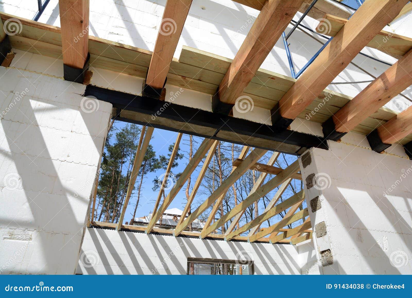 A estrutura de madeira da construção A instalação de feixes de madeira na construção o sistema do fardo do telhado da casa