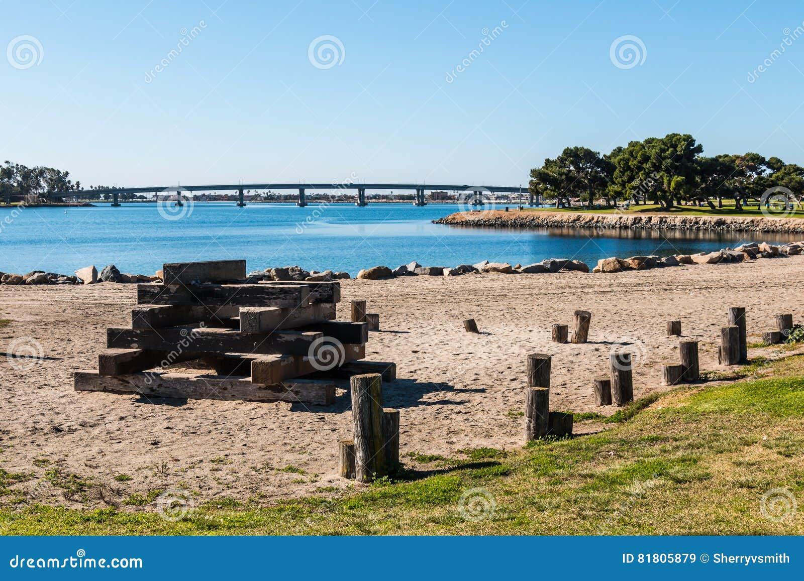 Estrutura de madeira na baía da missão em San Diego