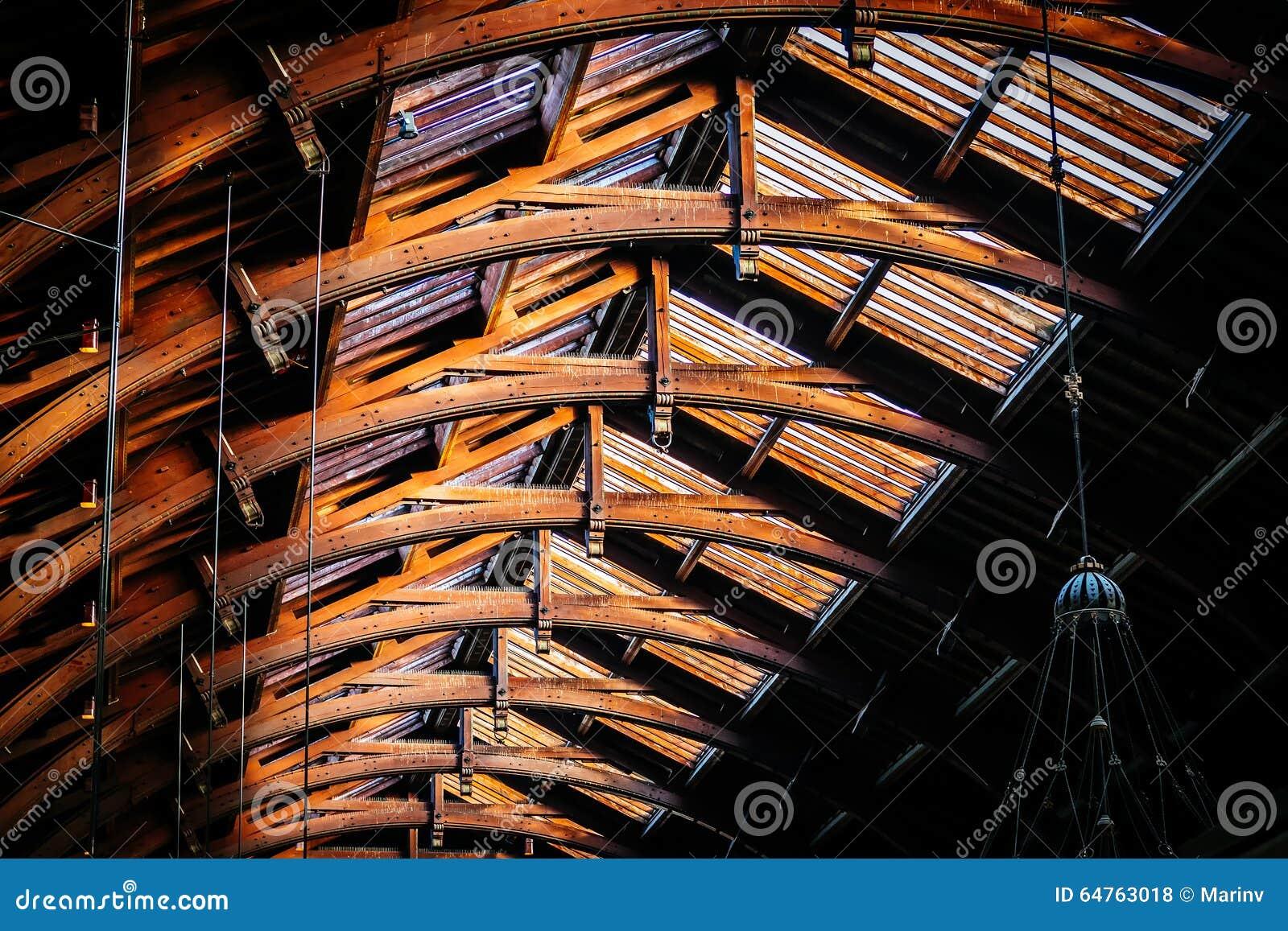 Estrutura de telhado velha do vintage no estação de caminhos-de-ferro em Copenhaga, Denma