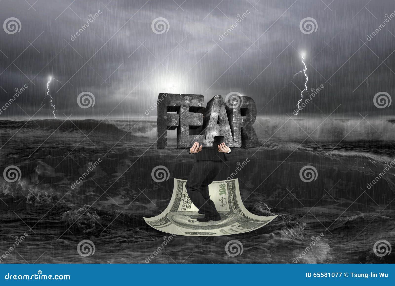 Estrutura levando do homem de negócios do MEDO no barco do dinheiro com tempestade