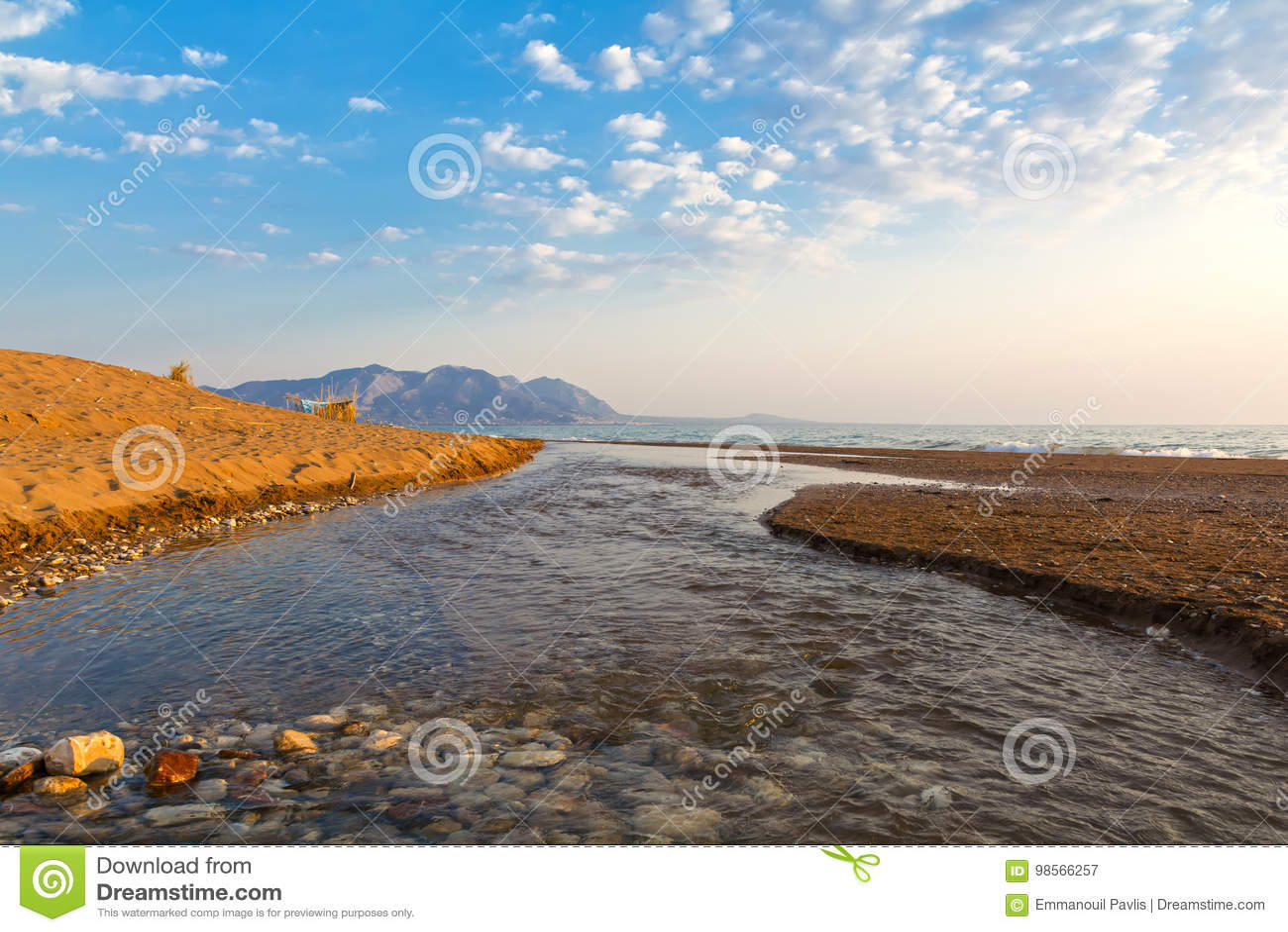 Estuarium van een kleine rivier op een zandig strand, Griekenland