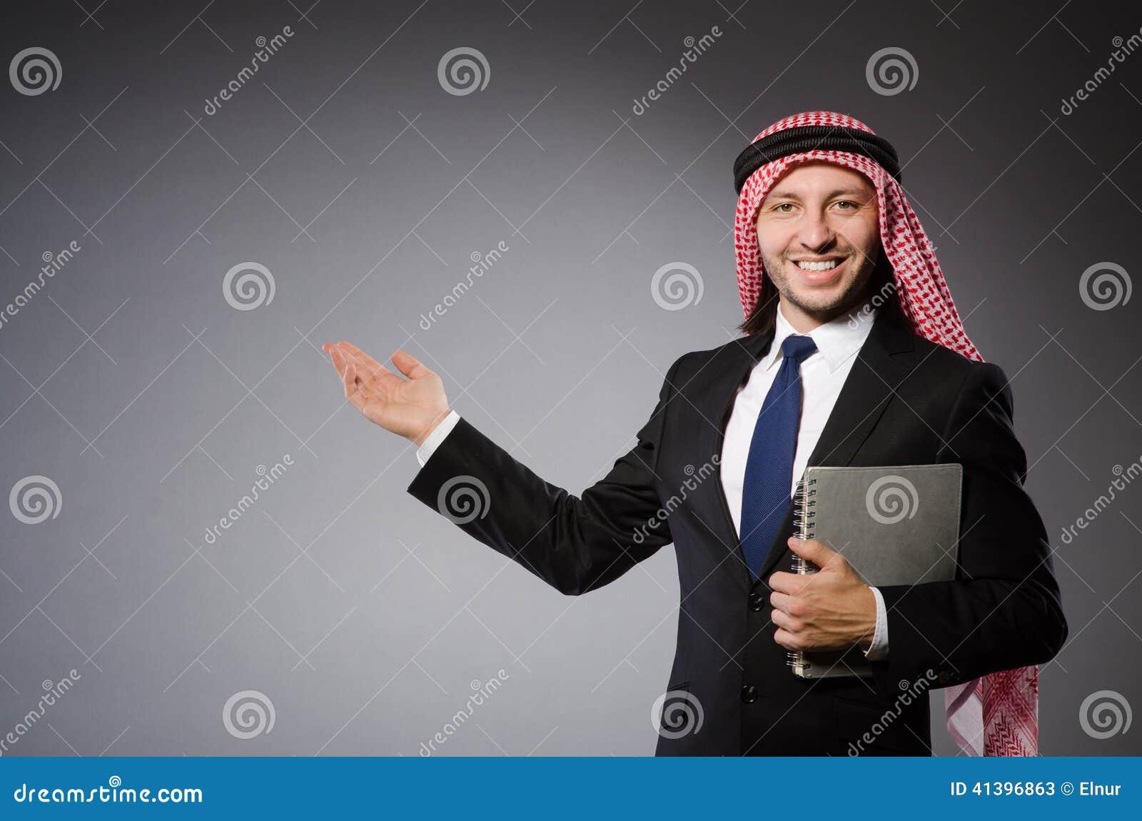 Estudante árabe com livro