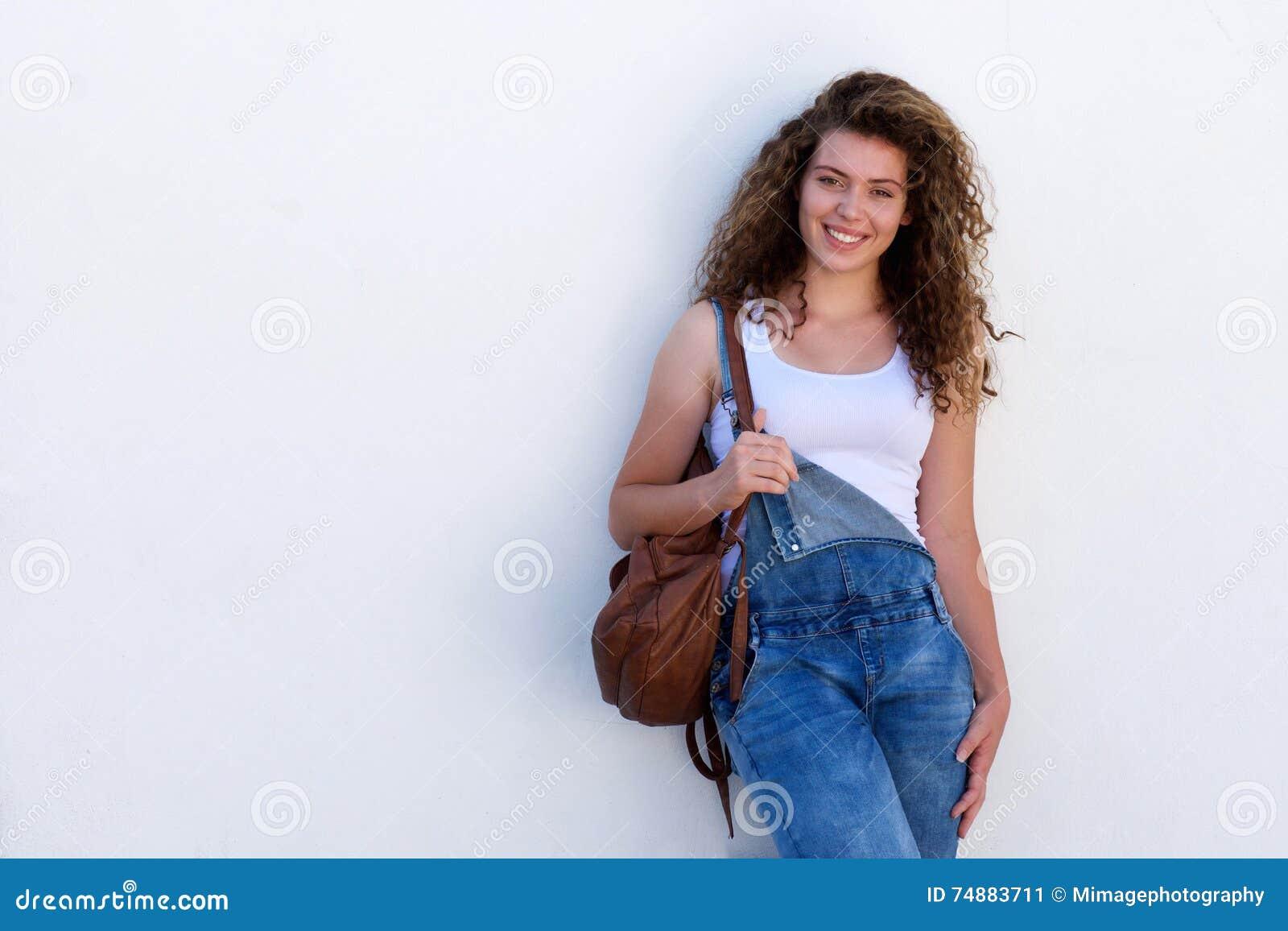Estudante adolescente feliz com a trouxa isolada no branco