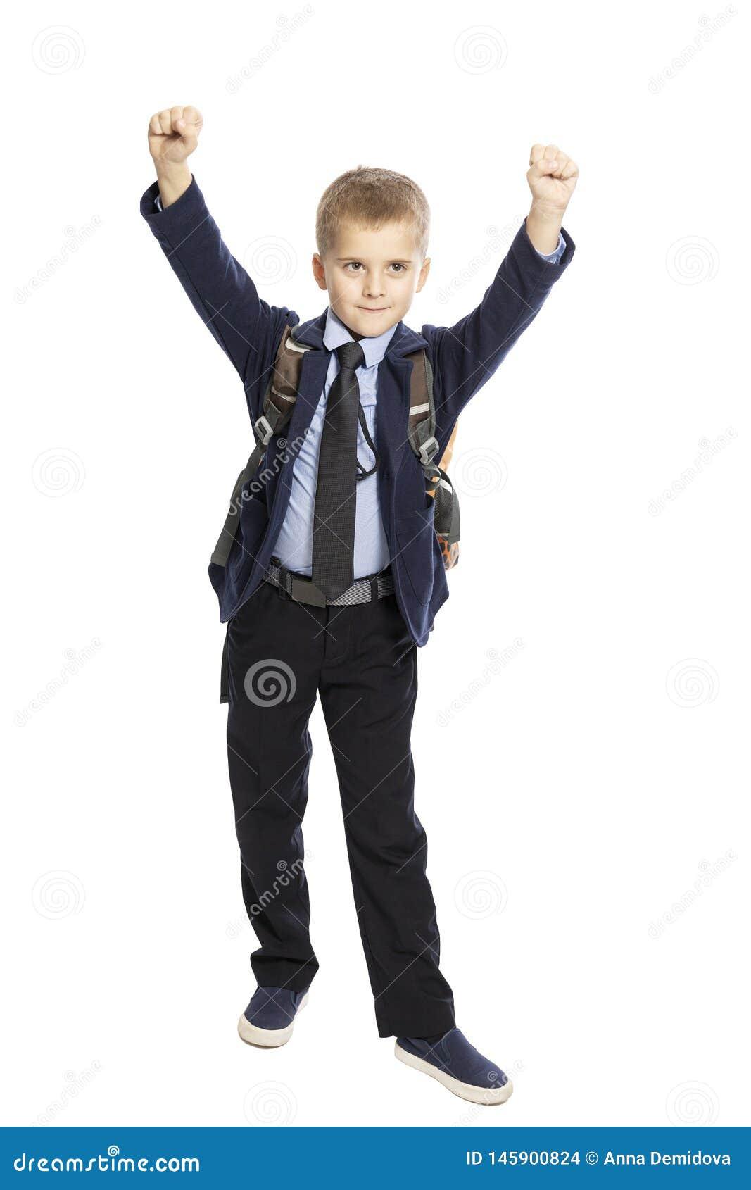 Estudante bonito feliz com um saco de escola, mãos acima, crescimento completo Isolado em um fundo branco
