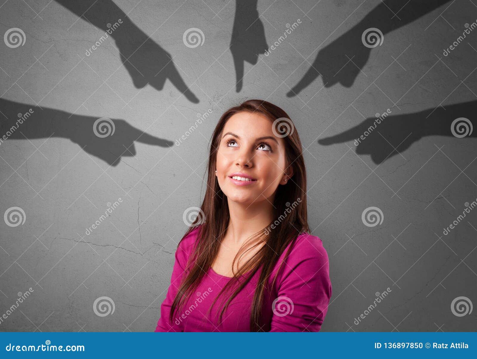 Estudante com apontar o conceito das mãos